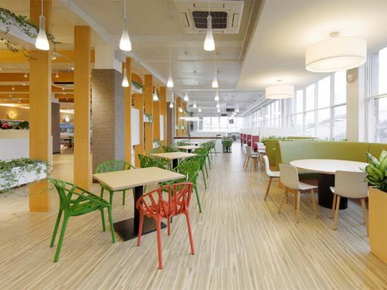 Oki Electric Industry Co., Ltd./【Second floor lunch space】Family restaurant style tables are also available among the window seats surrounded by light and greenery.