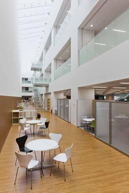 Tokyo Electron Miyagi Limited/【Atrium】The 100-meter atrium, which opens up over three floors, is a comfortable communication space bathed in light from the skylight.