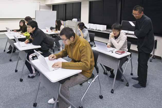 The University of Tokushima/【Concentrated study for individuals】The instructor walks around watching the progress of the students on their tasks, and offering accurate advice