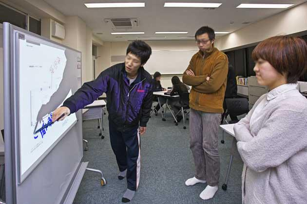 The University of Tokushima/【ICT discussion】Discussion using an interactive board