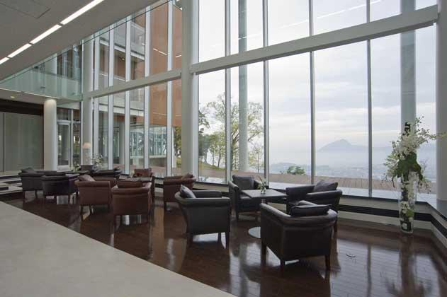 IT services company/【Main entrance lobby】A lobby in a ceiling-less open space that looks down on the streets of Beppu