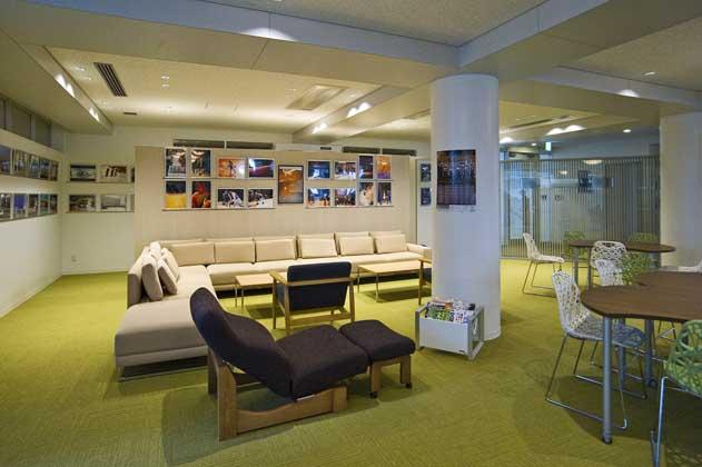 IT services company/【Third floor communication area】A space with sofas and tables in which a variety of meetings can be held