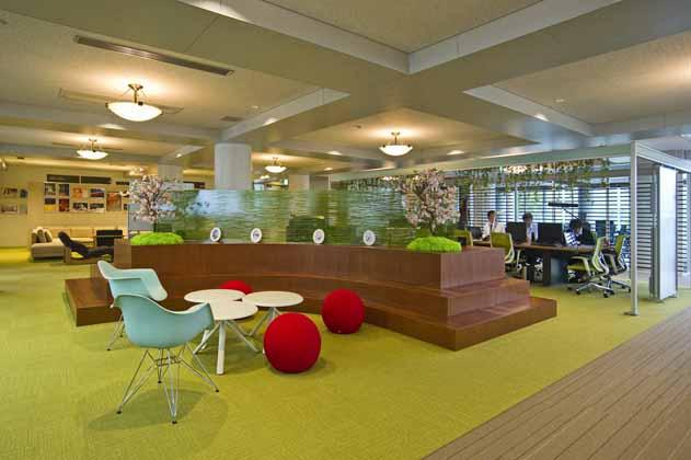 IT services company/【Central space】We made the central space a space in which company employees come and go, creating conversations in a variety of places