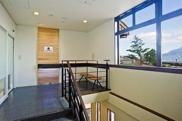 SHIMADZU LIMITED/【Entrance area】A reception space with a peaceful layout utilizing cedar grown in the prefecture