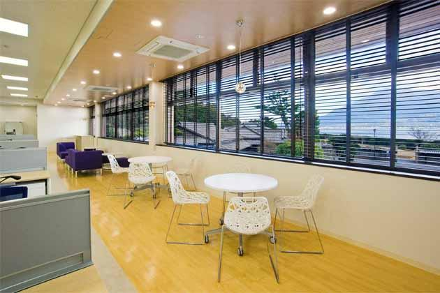 SHIMADZU LIMITED/【Office area】A collaboration space taking advantage of the view looking out over Sakurajima