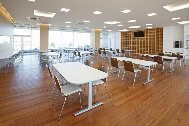 Fujitrans Corporation/【Cafeteria】A bright and open cafeteria area.