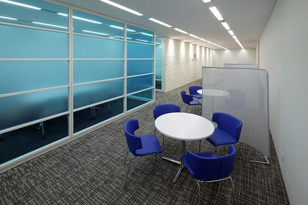 IBJ, Inc./【Entrance area】Client conference room area featuring the corporate identity color blue.