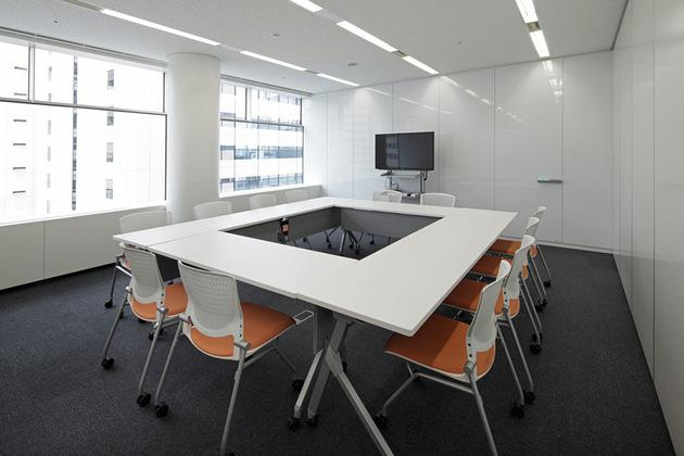 IBJ, Inc./【Conference room area (internal)】The conference rooms for internal use can be utilized for many difference purposes because of their sliding walls and caster-equipped office furniture and fixtures.