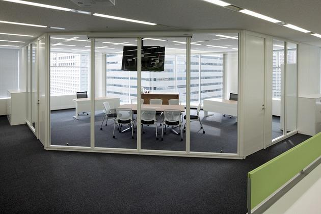 IBJ, Inc./【Executive area】Executives can see the entire office because of the use of glass partitions.