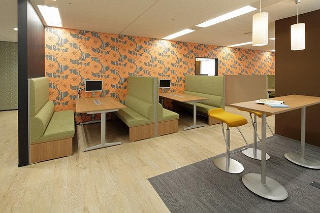 Pharmaceutical company/【Family-restaurant-style meeting space】Usable as both free-address seating and meeting space.