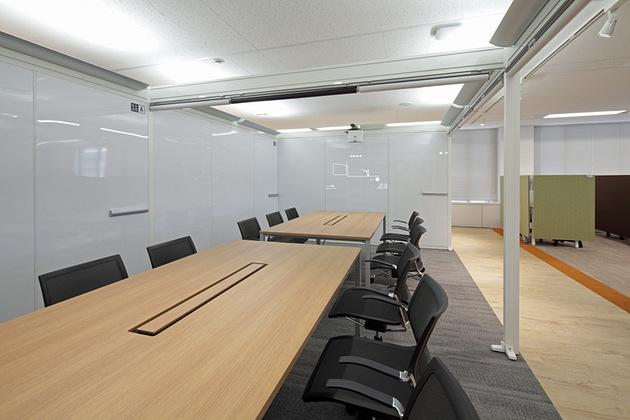 Pharmaceutical company/【Semi-closed meeting space】Use of indirect lighting and screens creates space with a private-room feel.