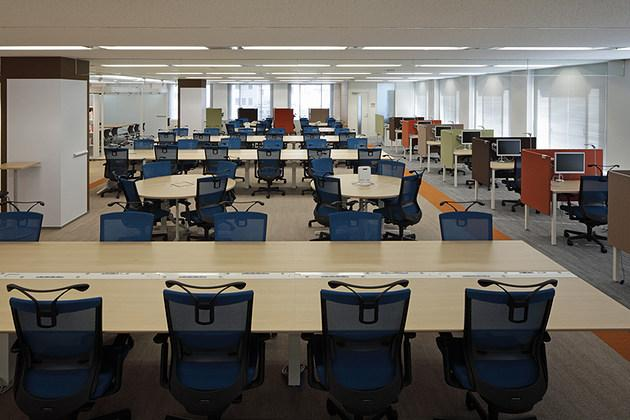 Pharmaceutical company/【Office area】Open, expansive free-address seating with all partitions eliminated.