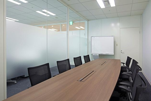 Cloud Testing Service, Inc./【Reception and meeting area (visitors)】Featuring calm color tones and bright glass walls, this space is used for meeting customers.