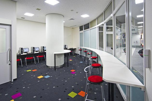 Mymy School Co., Ltd./【Self-study room】This is functional self-study space in which students can select the table height.