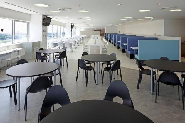 Sony Corporation/【River-side area】Round-table seating is placed between this area and the central area.