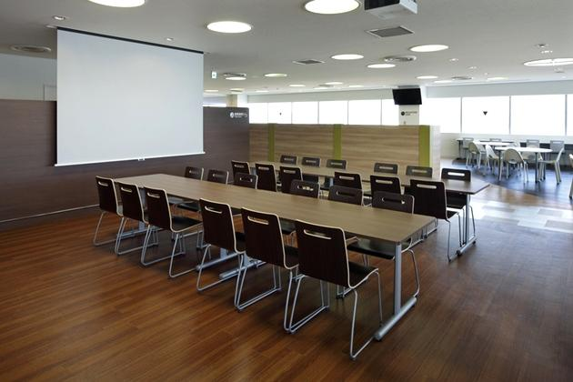 Sony Corporation/【Central area】The projection screen can be used for discussions or events.