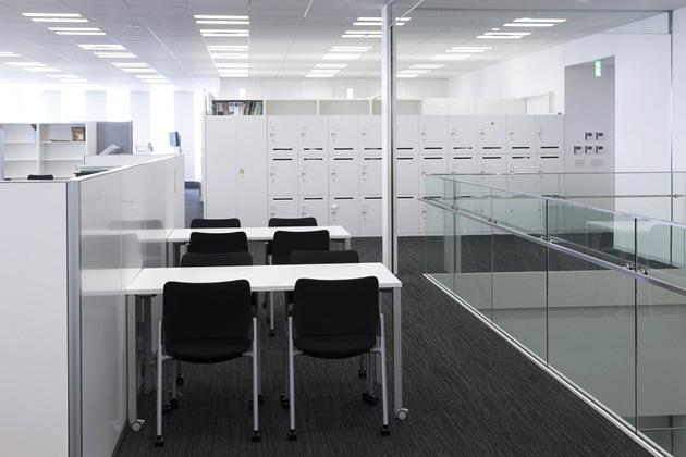 The Niigata Nippo Co., Ltd./【Office area】Discussion corners were established in the vicinity of the internal stairways.