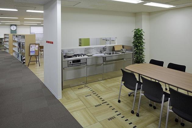 Cleanup Corporation/【Kitchen room】The long window facilitates casual connections with the people in the neighboring space.