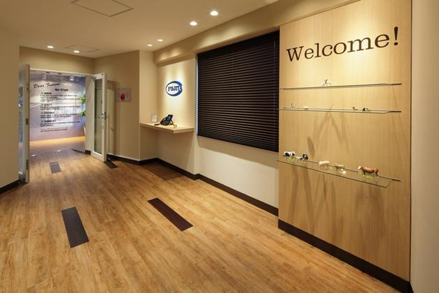 Fujita Pharmaceutical Co., Ltd./【Entrance】Customers enter via a reception area with a warm atmosphere.