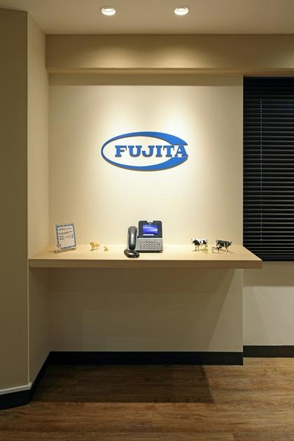 Fujita Pharmaceutical Co., Ltd./【Entrance】The logo stands out beautifully through the use of downlights.