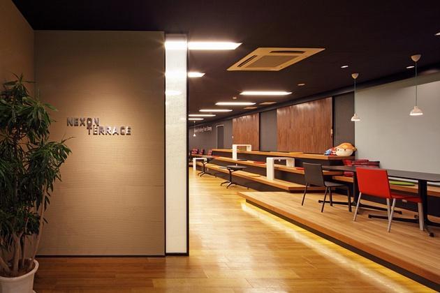 Nexon Co., Ltd./【Entrance area】The entrance's plaster walls create a finely textured feel.