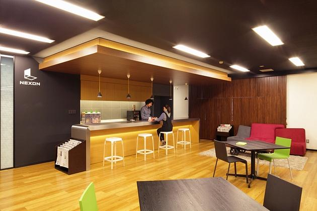 Nexon Co., Ltd./【Counter area】The stylish counter is made of wood and metal materials.