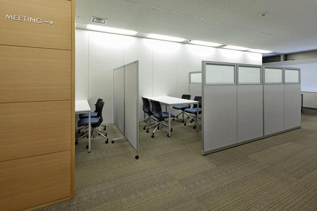 """Takashima & Co., Ltd./【Visitor meeting space】This space has a bright and beautiful view of Skytree. On the low partitions, glass sheets featuring """"heavy-duty fabric"""" motifs were used."""