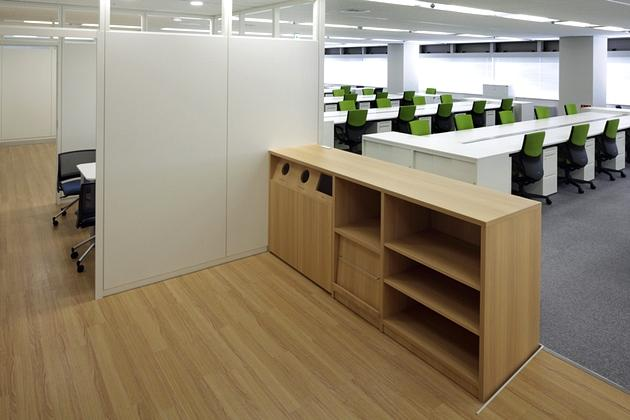 """Takashima & Co., Ltd./【Magnet spot】Located near the employee entrance, this """"magnet spot"""" was designed as a space where employees will naturally gather."""