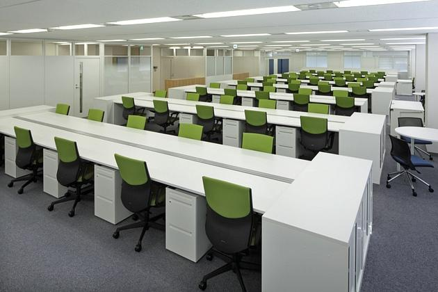 Takashima & Co., Ltd./【Office space】This office features standardized desk sizes in a versatile design that facilitates seating changes. Special-order-size storage units are placed at the island ends.