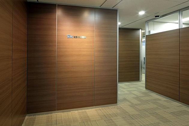 Takashima & Co., Ltd./【Executive entrance】The executive entrance uses wood-grain panels for a calm atmosphere that harmonizes with the design image of the visitor entrance.