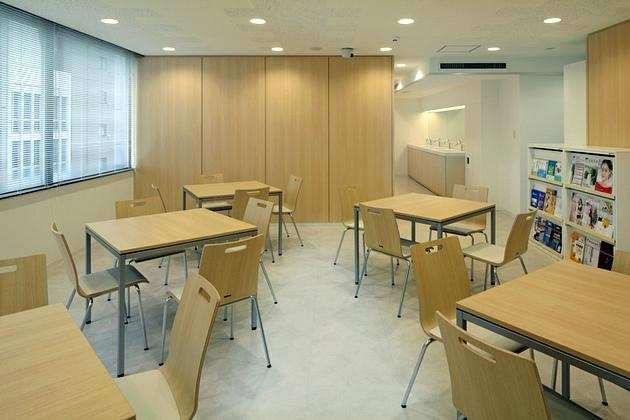 FANCL Corporation/【Relaxation space】A space for taking breaks during training. The washing corner can be seen at the back.