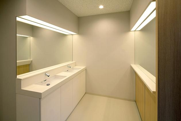"""FANCL Corporation/【Women's restroom】The hand washing counter can also be used for freshening one's makeup, and there is also a """"powder corner."""""""