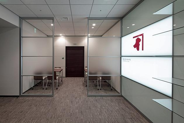 NINBEN Co., Ltd./【Reception】The business discussion booth is partitioned by glass walls.