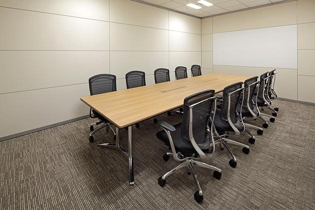 NINBEN Co., Ltd./【Conference room】A projector panel that creates a subdued reflection is provided on a wall of the executive conference room.