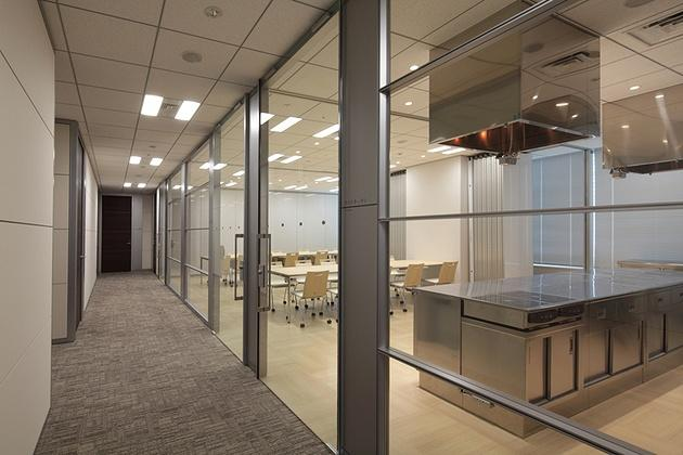 NINBEN Co., Ltd./【Test kitchen and presentation reception room】Since glass is also used for the sliding doors, the kitchen area can be seen at a glance.