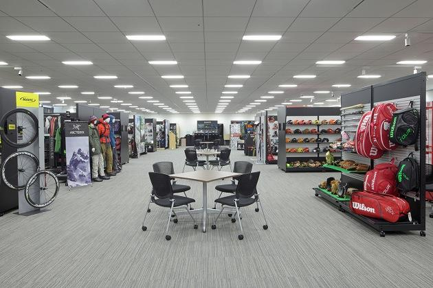 Amer Sports Japan, Inc./【Showroom area】Display cases, tables, and chairs all have casters so showroom booths can be flexibly configured.