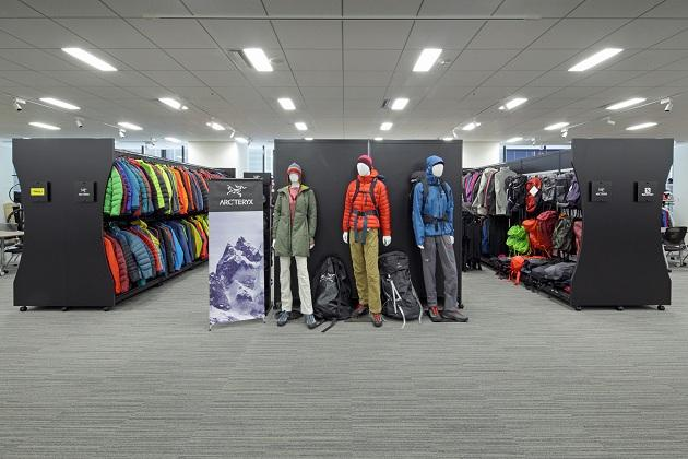 Amer Sports Japan, Inc./【Showroom area】Brand signs have a unified feel, and booth position changes can be easily handled.