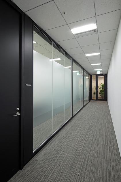 Amer Sports Japan, Inc./【Meeting area hallway】The hallway is given an open atmosphere with the extensive use of glass partitioning.