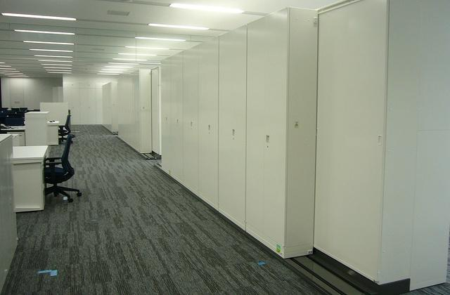 Nagahama/【Office space】Large-volume storage units are placed between working spaces.