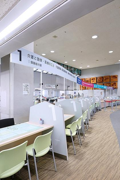 Tendo/【Resident service counters】The panel design motif features the shape of shogi (Japanese chess) pieces, a special product of Tendo.