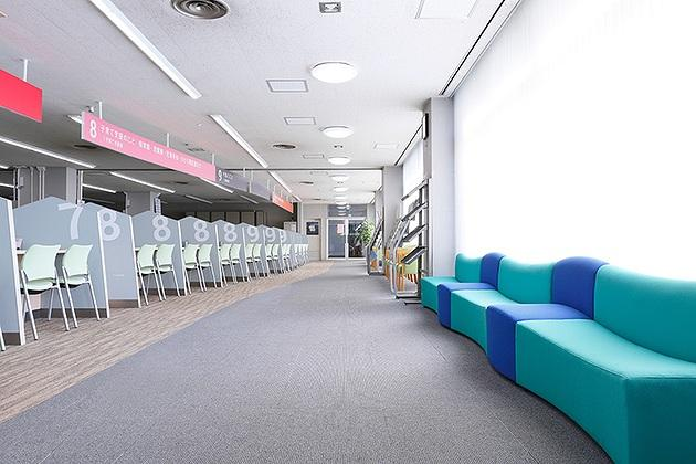 Tendo/【Social welfare service counters】Safety is enhanced with color coding of counter area and passageway floors.