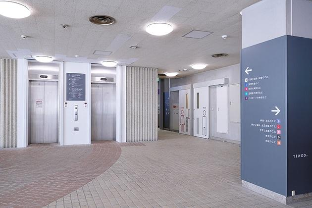 Tendo/【Entrance hall】Direction signs are installed throughout the lobby.