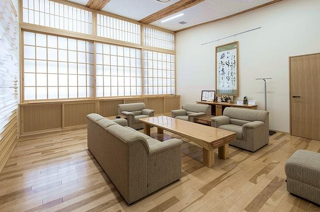 Town of Sumita in the Kesen District of Iwate Prefecture/【2F Reception room】Furniture harmoniously placed in a Japanese-style space that makes extensive use of wood.