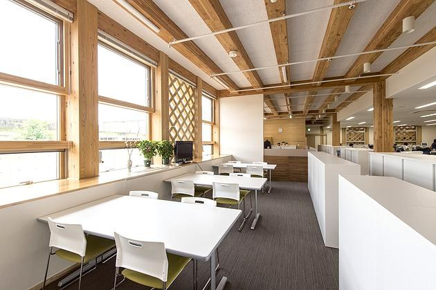 Town of Sumita in the Kesen District of Iwate Prefecture/【1F Work space】A bright window-side space available for discussions and other work tasks.