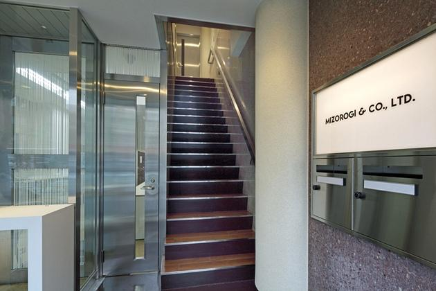 Mizorogi & Co., Ltd./【Visitor stairway】The visitor stairway leads directly to the rooms for business negotiations with visitors.