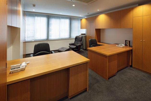 Mizorogi & Co., Ltd./【Executive room】More efficient use was made of the space by combining L-shape office desks and wall storage.