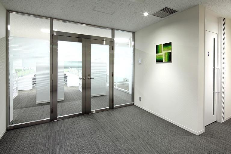 Muranaka Medical Instruments Co., Ltd./【Elevator hall art panels】The elevator hall tapestries use each floor's theme color.