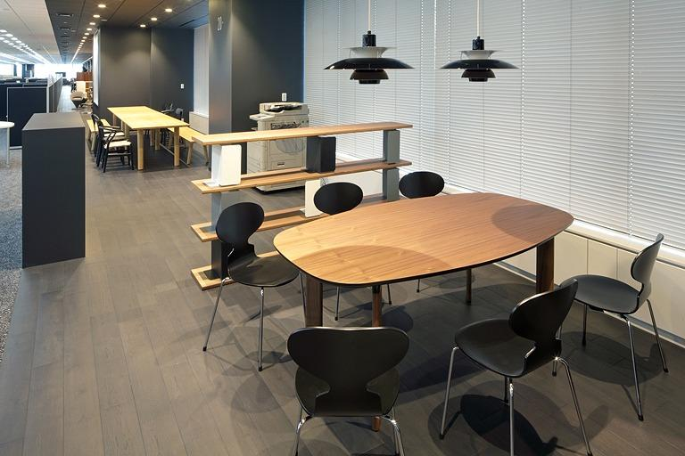 """Tanseisha Co., Ltd./【Corridor area】""""Perch-type"""" seats are available in this discussion space, which can be used for quick meetings."""