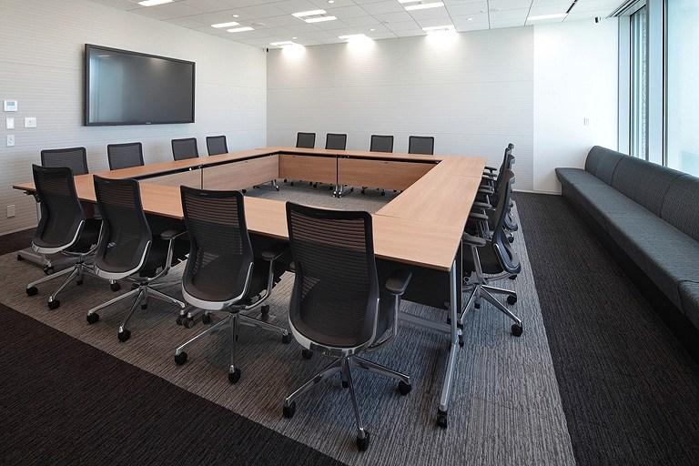 Tanseisha Co., Ltd./【Area for discussion with people from both inside and outside the company】Featuring movable partitions, this conference room has folding tables that can accommodate multiple layouts, and it also has extra seating by the window.