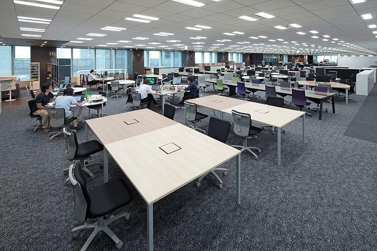 Tanseisha Co., Ltd./【Office area】In the open work space, six types of desks can be selected to fit the content of the work.